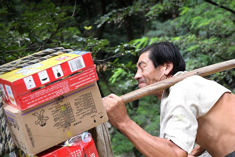 泰山挑夫送130斤飲料上山 每斤賺3毛錢