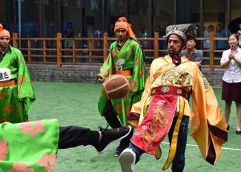 山東:阿根廷足球名將貝隆體驗蹴鞠文化