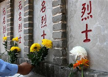 山东枣庄:鲜花祭英烈