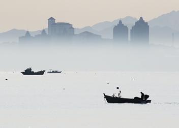 山東煙臺:霧海船影