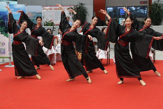 山東旅發委在濟南機場舉辦民俗表演