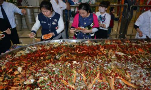 """山东日照一餐厅现6米长""""超级海鲜大锅"""""""