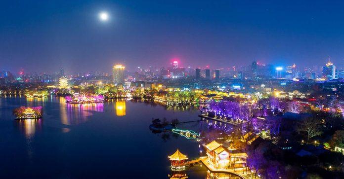 残雪映彩光 航拍济南大明湖夜景