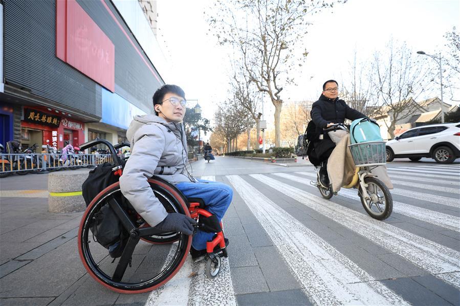 """山东济南:轮椅青年为爱""""奔走"""""""