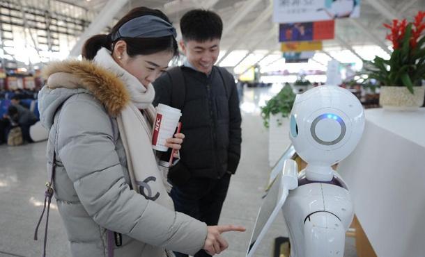 山东青岛:机器人服务春运