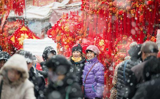 青島:15萬人冒大雪趕集辦年貨