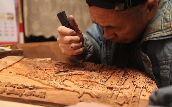 """探訪青島非遺傳承人 讓古代版畫""""復活"""""""