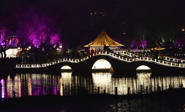 濟南大明湖流光溢彩