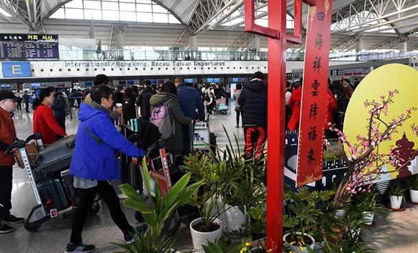 青岛机场迎来返程高峰