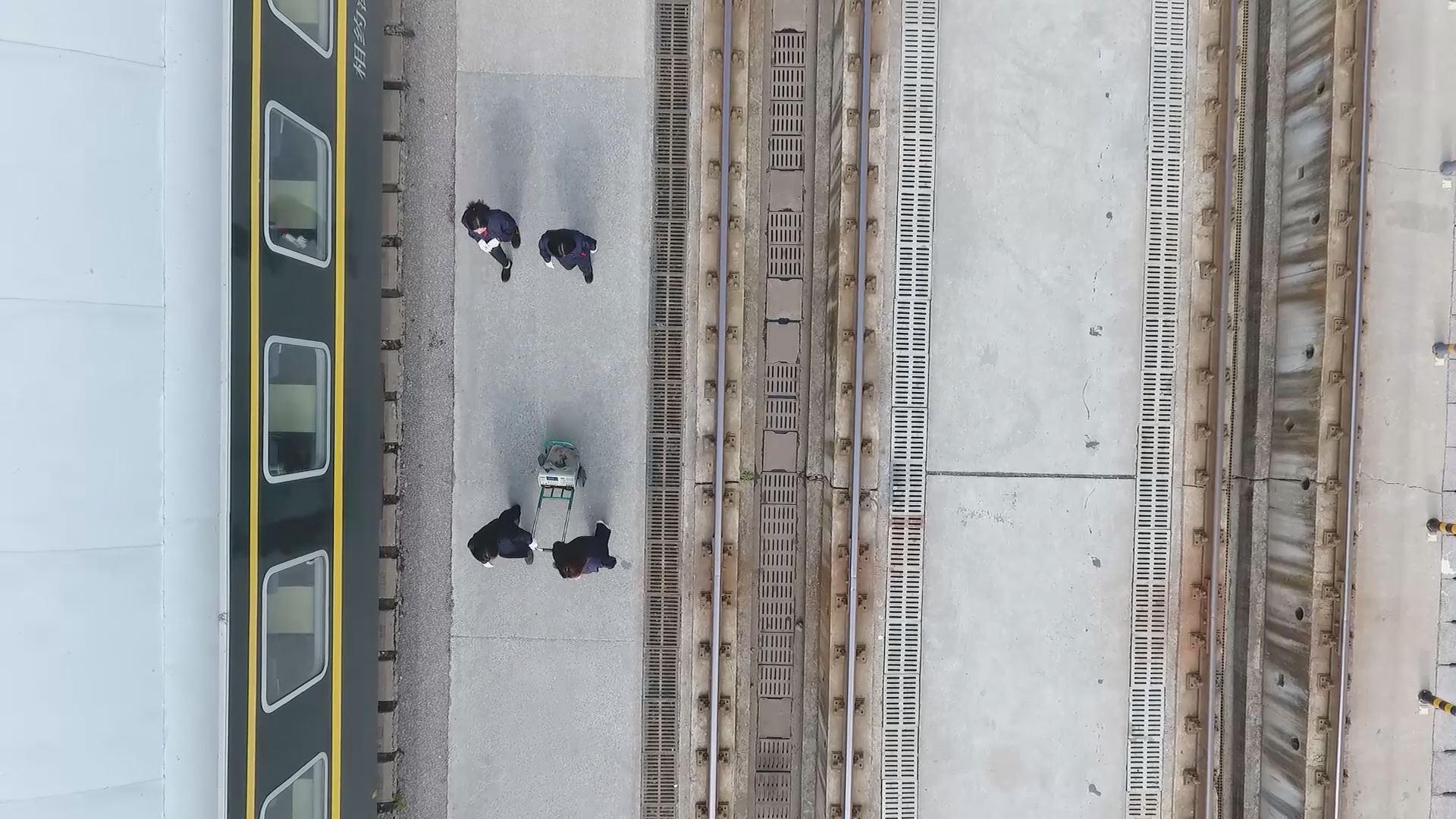 劳动者纪实:绿皮火车上的库检女汉子