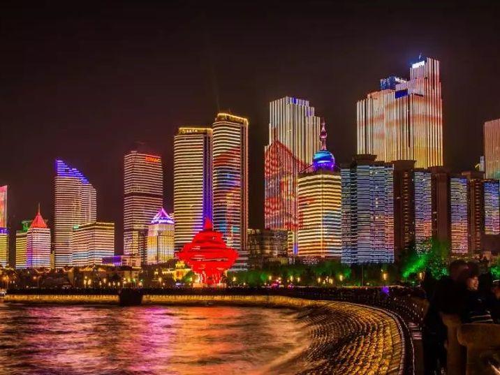 高清:青岛浮山湾酷炫夜景 流光溢彩美出天际