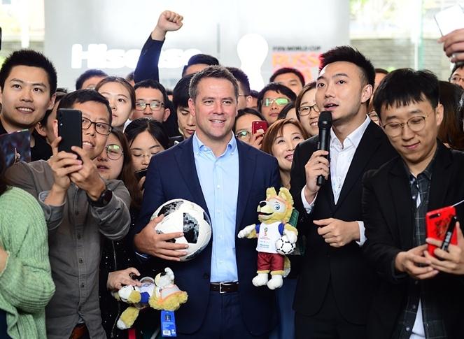 英格兰传奇球星欧文现场山东青岛 出席世界杯活动