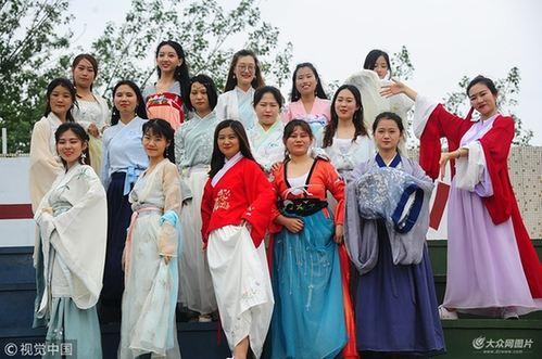 济南:大学生拍创意毕业照 汉服、西装玩混搭