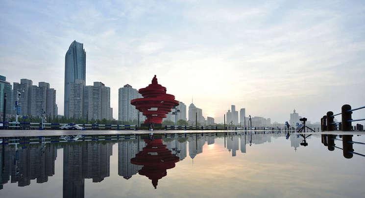 青岛雨后五四广场倒映水中 镜头记录对称美景