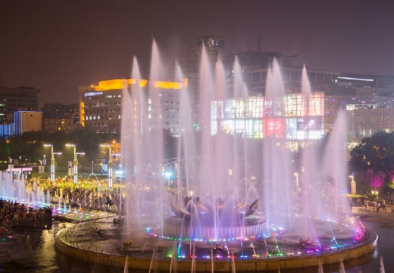 夜晚济南音乐喷泉随风而舞 市民尽享清凉(图)