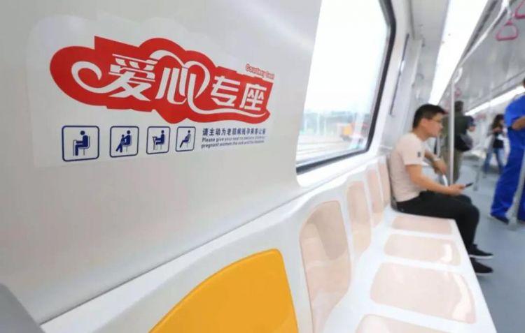 """济南R1线首辆列车亮相 """"荷花""""作为外观造型设计"""