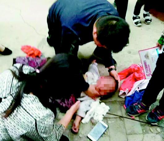 山东消防战士不顾粪水10分钟人工呼吸救男童
