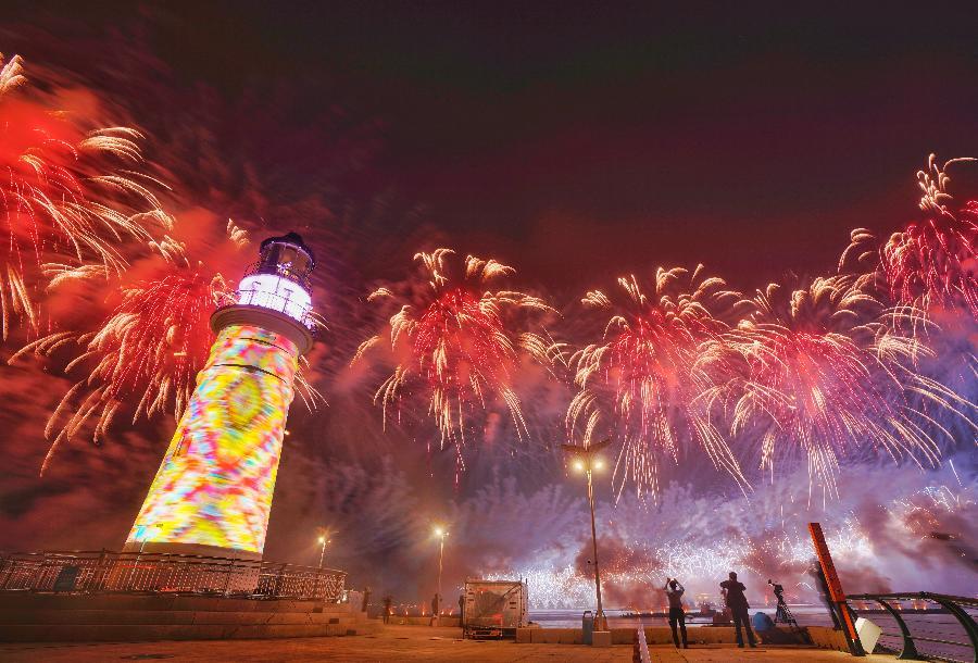 灯光焰火艺术表演在青岛举行