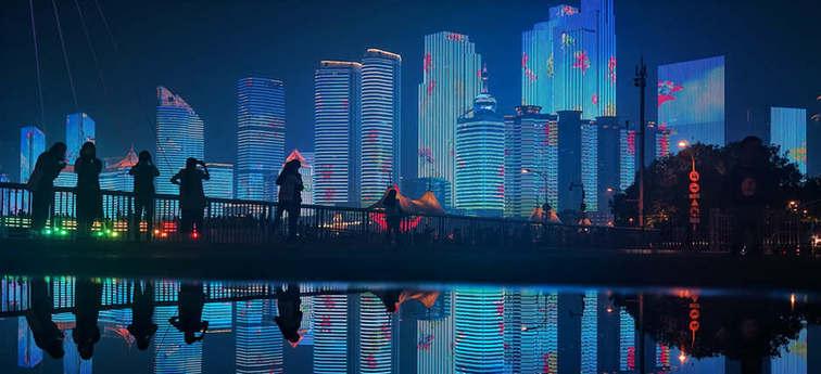 倒影中五四广场灯光璀璨 美景醉游人