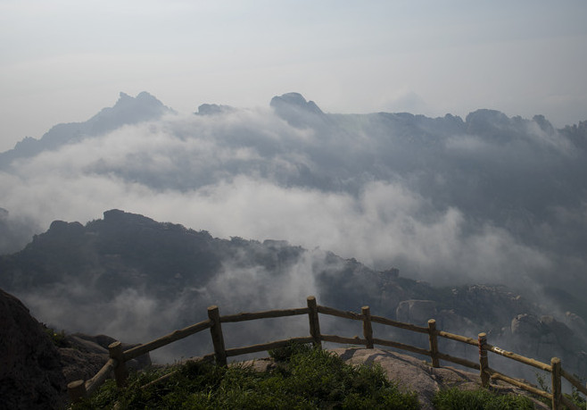 实拍平流雾笼罩青岛崂山 宛如一幅水墨画