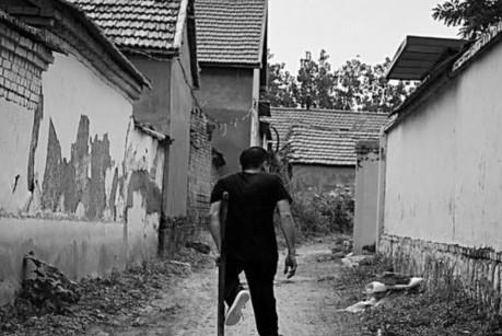 淄博有位高位截瘫的村书记 拖着病腿为村民办事