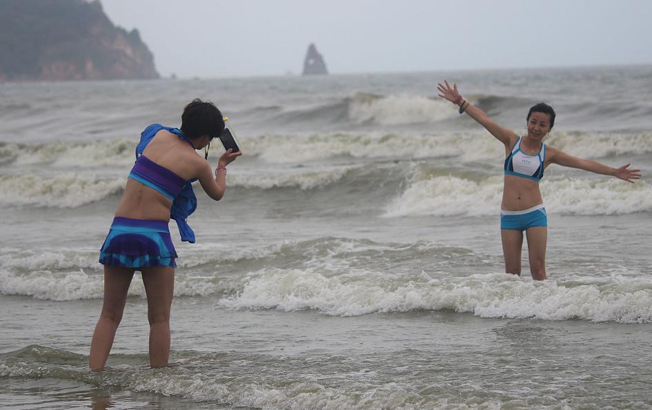 高清:山东青岛持续高温天气 游人冲浪享清凉