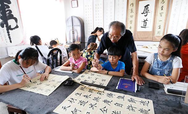 山东即墨耄耋老人自办公益书法课堂