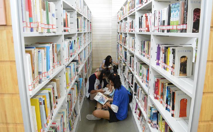 滨州:酷暑难耐 小候鸟扎堆图书馆畅读享清凉