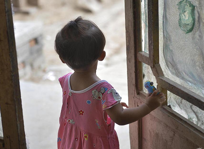 """菏泽:一岁半女童留守农村半年 看见年轻妇女都喊""""妈"""""""
