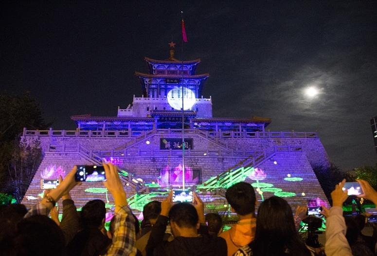 山东济南:中秋佳节 市民边看3D灯光秀边赏月