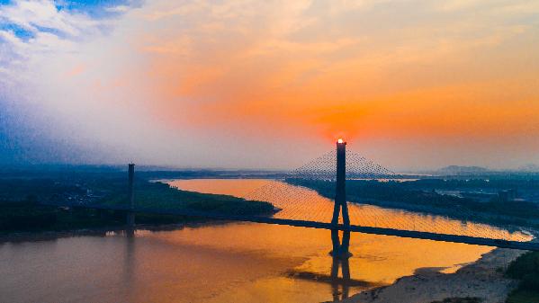 航拍:落日余晖瞰黄河 大桥横跨展英姿