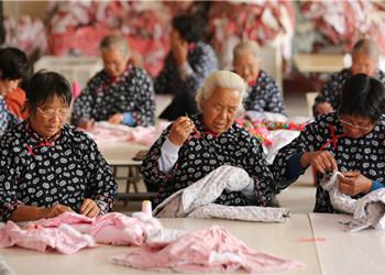 """临沂妇女手工缝制""""沂蒙小棉袄"""" 脱贫致富"""