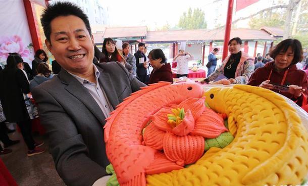 山东潍坊:社区居民赛面食