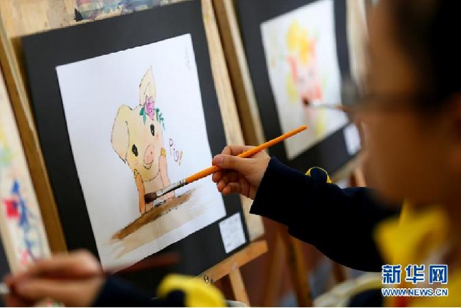 展才藝迎新年 青島小學生創作豬年題材作品