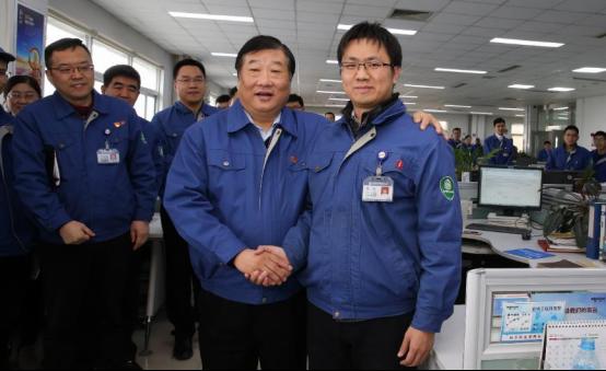 谭旭光看望春节期间坚守岗位员工