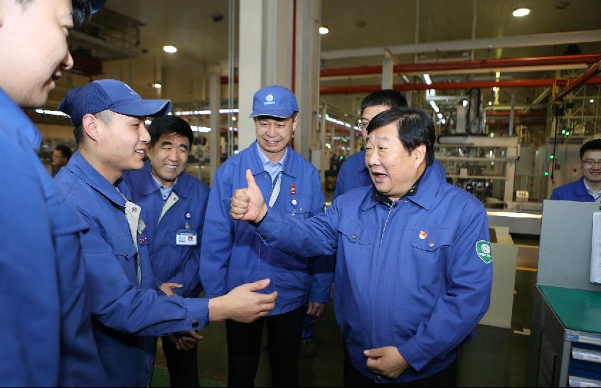 谭旭光看望奋战在生产一线的二班员工