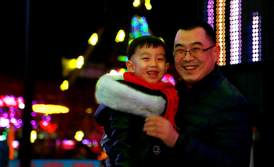 《父子逛灯会》张琦