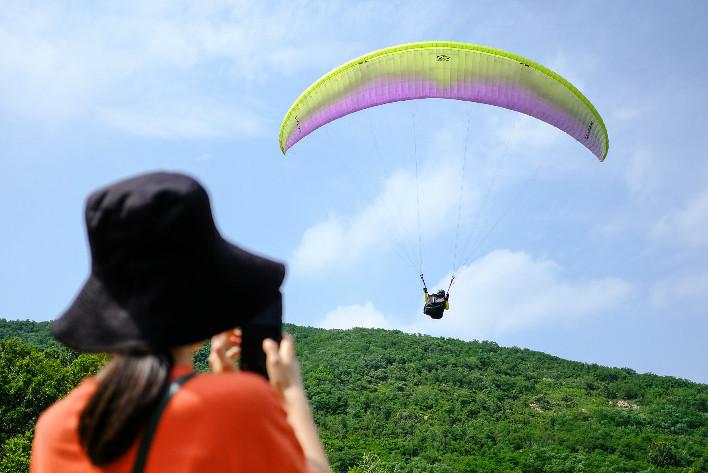 一人一伞飞上千米高空 青岛滑翔伞达人御风漫步