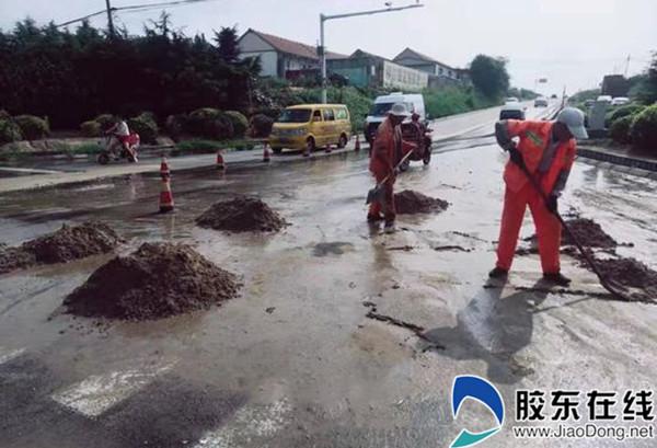 山東(dong)萊州公路中心積(ji)極應對暴雨導(dao)致路面險(xian)情