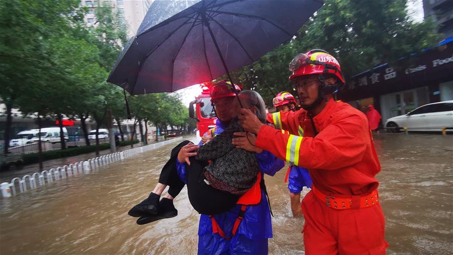 救援人员救助被困老人