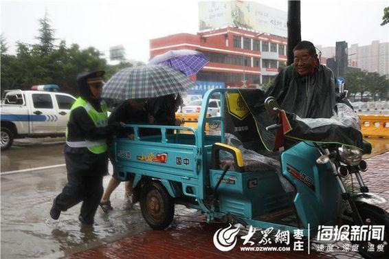 枣庄城管人雨中疏导交通三天两夜