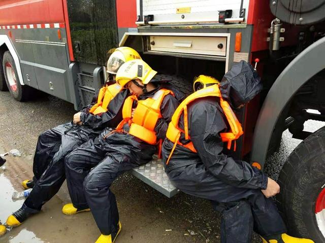 齐鲁石化应急救援队紧急驰援寿光灾区抗洪抢险