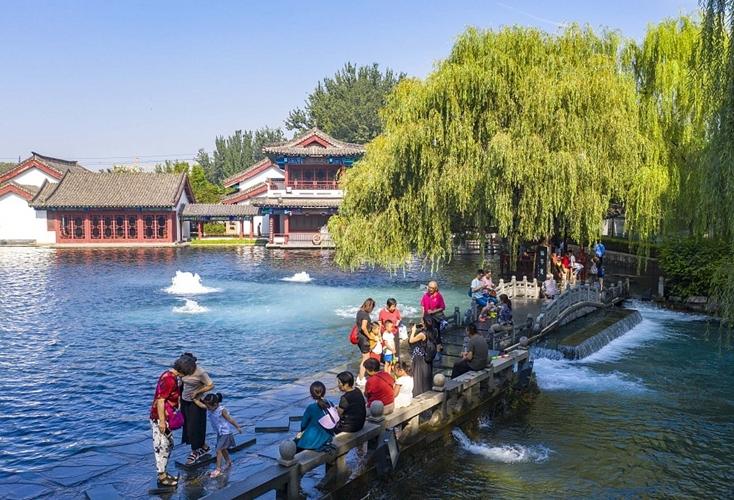 山東濟南:百脈泉噴涌澎湃 景色如畫似江南