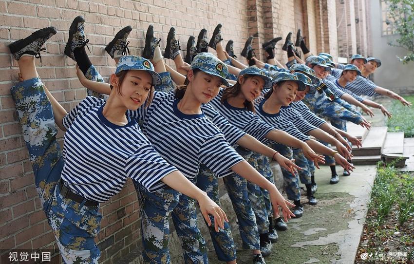 山師大軍訓陣列顏值爆棚 舞蹈專業女生大展基本功