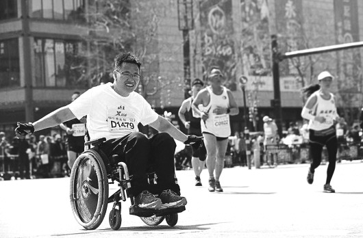 """蔡起蛟輪椅為腿一年""""跑""""了11個馬拉松(song)"""