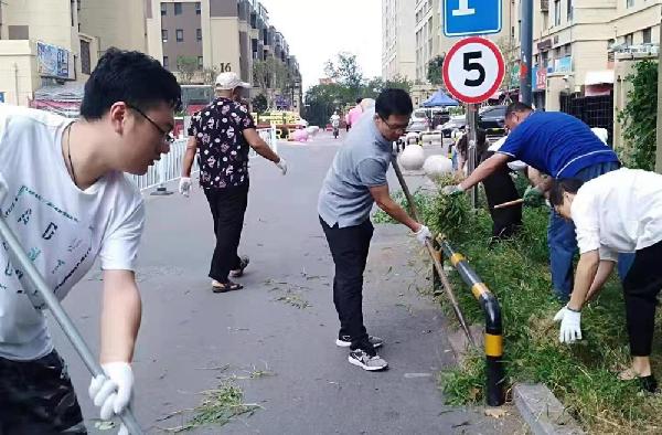 青島2萬余名志願者大掃除 潔序凈美迎國慶