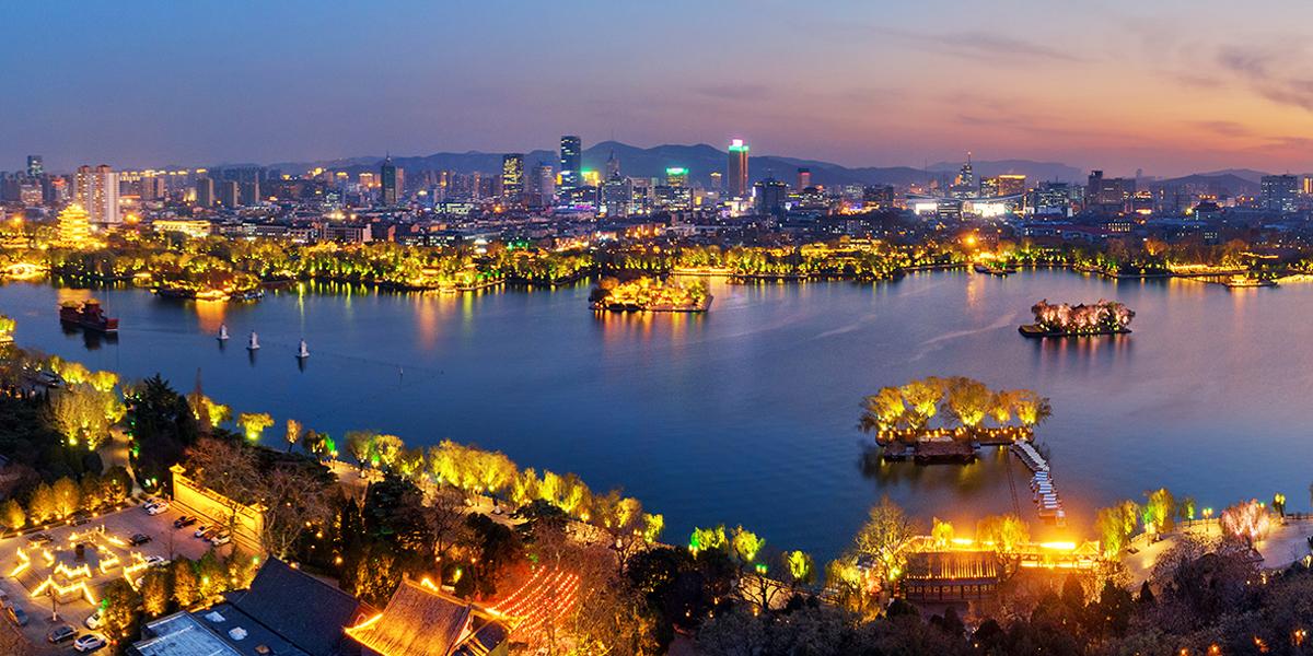 夜色中的济南大明湖