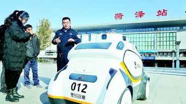 """""""機器人警察""""亮相渮(he)澤火車站(zhan)廣場"""