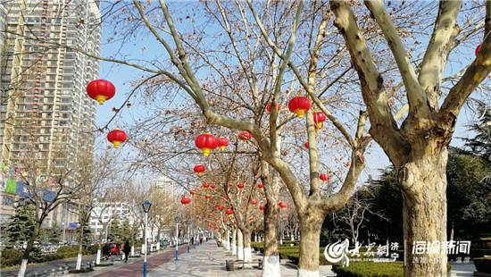 濟寧城區掛起(qi)紅燈籠 臘月(yue)二十三起(qi)點(dian)亮(liang)城市夜景