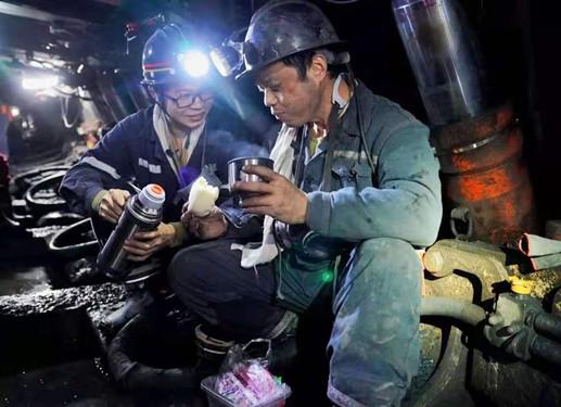 礦工堅守采煤(mei)工作面(mian) 保障(zhang)xi)踩quan)生產雙豐收